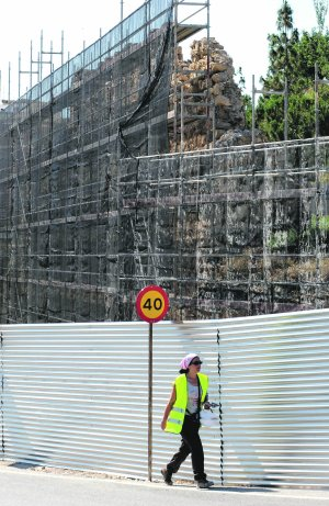 Los andamios cubren parte de la muralla a restaurar. :: P. ALONSO / AGM