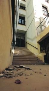 Escombros en la escalera de acceso al conservatorio desde la plaza de Simón Mellado, por la calle Cava. :: PACO ALONSO / AGM