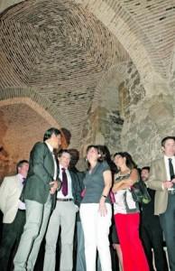 El alcalde, la subsecretaria de Hacienda y otros cargos de la Administración, ayer, en la Torre Alfonsina. :: SONIA M. LARIO / AGM