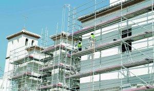 Obreros ultimando la restauración de la fachada en la capilla del Rosario. :: S. M. Lario/AGM