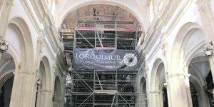 Interior de la iglesia donde se han levantado los arcos del crucero y las cubiertas. :: S. M. Lario/AGM