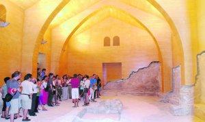 Visitantes contemplan el interior de la sinagoga del barrio judío. :: F. Jurado