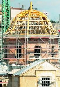 Proceso de recreación de la cúpula de la iglesia de Santiago con un armazón de madera. :: Paco Alonso / AGM