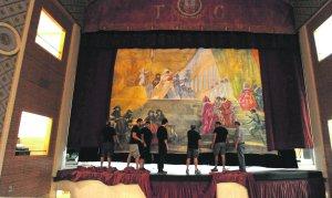 Colocación del telón, que pintó el artista lorquino Manuel Muñoz Barberán, en el escenario del Teatro Guerra. :: Paco Alonso/AGM
