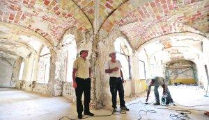 Andrés Espinosa visita, ayer, la primera planta del claustro de San Francisco, donde se han reconstruido tres bóvedas. :: PACO ALONSO / AGM