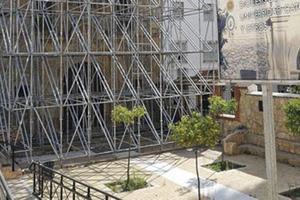 La fachada de San Diego, sostenida por un gran andamio. :: Paco Alonso/AGM