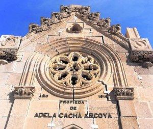 El panteón de Adela Cachá presenta deformaciones de cubierta. :: P. A. / AGM