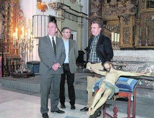 Andrés Espinosa, Joaquín Bastida y José Antonio Ruiz, junto al Cristo del Carrerón, ayer, en la iglesia de San Francisco. :: S. M. Lario/AGM