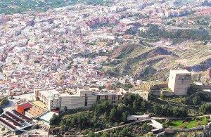La torre Alfonsina, a la derecha, con parte de la ciudad al fondo y el complejo del Parador. :: MARTÍNEZ BUESO