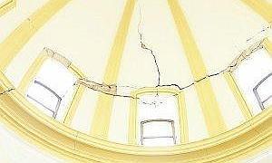 Grandes grietas en la cúpula de la escalera principal. :: S. M. Lario/AGM