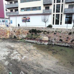 Estado de la Fuente del Oro, ayer, tras los trabajos de limpieza realizados en el entorno. :: PACO ALONSO / AGM