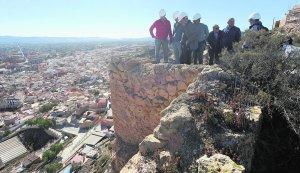 Los técnicos comprueban el estado de la muralla en la zona por la que tienen que continuar los trabajos de recuperación. :: PACO ALONSO / AGM