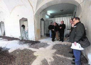 Los técnicos que se encargarán de la musealización del antiguo hospital San Juan de Dios (d) visitan, hace unos días, las obras de rehabilitación del futuro Museo Azul de la Semana Santa. :: PACO ALONSO / AGM