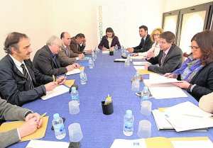 Los expertos (1º y 2º izq) escuchan las explicaciones del alcalde sobre la reconstrucción de la ciudad, ayer. :: P. A. / AGM