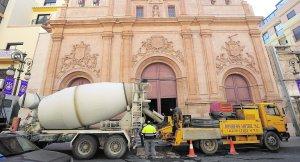 Una hormigonera descarga cemento, ayer, frente a la iglesia de Nuestra Señora del Carmen. :: PACO ALONSO / AGM