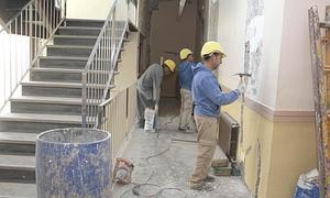 Los obreros, trabajando en la zona de la escalera. :: Sonia M. Lario/AGM