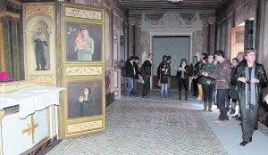 Los participantes en el seminario recorren el salón amarillo del Palacio de Guevara. :: SONIA M. LARIO / AGM