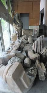 Trozos de esculturas almacenadas, entre ellas las que estaban en la entrada, en espera de su restauración. :: PACO ALONSO / AGM