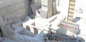 A la izquierda, los restos arqueológicos islámicos de época medieval que se conservarán tras la reconstrucción de la vivienda. :: S. M. L. / AGM