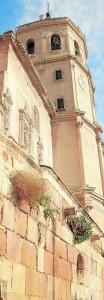 Carrerón y torre campanario de la Colegiata de San Patricio. / S. M. L. /AGM