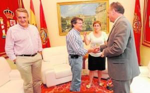 Francisco Jódar saluda a Andrés Espinosa Carrasco en presencia de José Antonio Ruiz y Joaquina Gil Arcas. / Paco Alonso