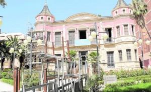 Montaje de andamios en la fachada del palacete del Huerto Ruano para su restauración. :: s. m. l. / agm