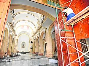 Últimos retoques, ayer, en la iglesia de Santiago, previos a su apertura la próxima semana. agm / P. A.