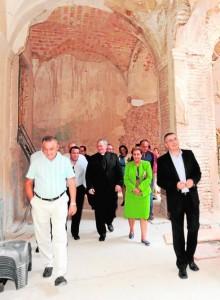 Monseñor Lorca Planes, visitando las obras del claustro de San Francisco, junto a dirigentes del Paso Azul, el miércoles. :: p. a. / agm