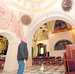 El padre Valenzuela, actual superior del convento, observa las pinturas aparecidas. / Paco Alonso