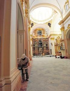 Últimos retoques ayer en la iglesia del Carmen. :: paco alonso / agm