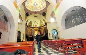 El padre José Hernández Valenzuela en la nave central del santuario con capillas clausuradas y apuntaladas y pinturas deterioradas por el terremoto. / P. A. / AGM