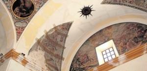 Estado en que se encuentra la techumbre del santuario patronal con pérdida de fragmentos de las pinturas que lo decoran. / SONIA M. LARIO / AGM