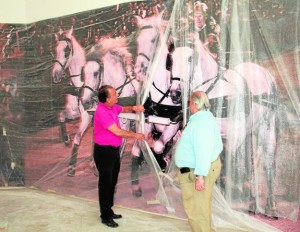 Andrés Espinosa y Pascual Pérez muestran una de las grandes fotografías que ocupan el claustro. / P.R W.