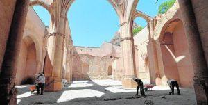 Operarios realizando prospecciones arqueológicas previas a la recuperación de la iglesia de Santa María en la nave central del monumento. / Paco Alonso / AGM